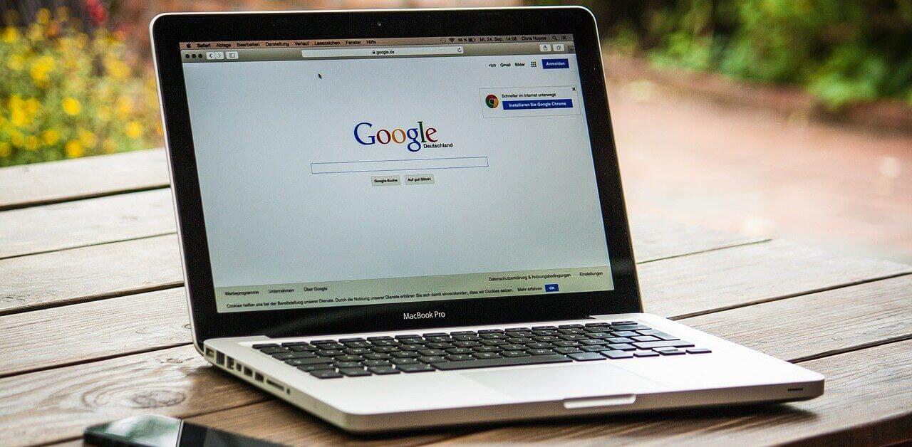 Laptop mit Google Suche